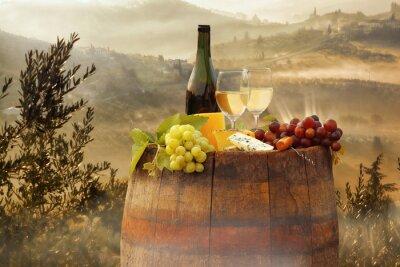 Плакат Белое вино с барреля на винограднике в Кьянти, Тоскана, Италия