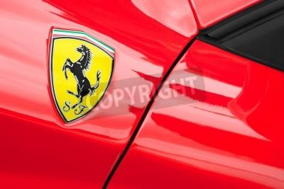 Плакат Уиннерш, Великобритания - 18 мая 2013: Ferrari спортивный автомобиль крупным планом значок; Часть коллекции классических и современных автомобилей отображаемой на благотворительность в Bearwood коллед