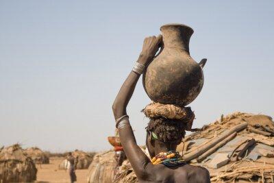 Плакат Женщина несет на голове контейнер с водой, Эфиопии