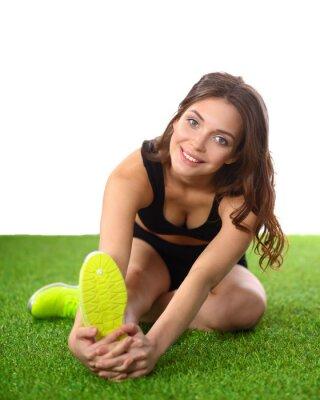 Плакат Женщина делает упражнения на растяжку на зеленой траве