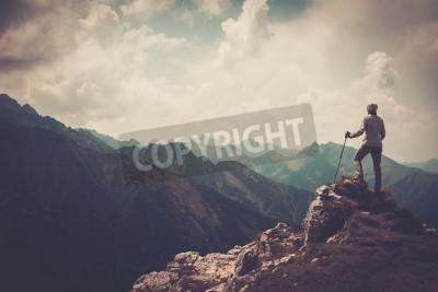 Плакат Женщина Путешественник на вершине горы