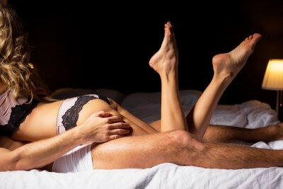 Плакат Женщина лежала на вершине человека в спальне