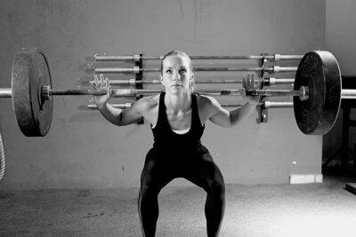Плакат Женщина на тяжелой сессии - CrossFit тренировки.
