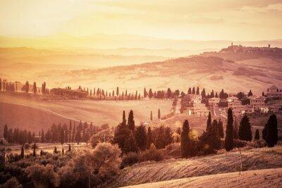 Плакат Чудесная Тоскана пейзаж с кипарисами, ферм и небольших средневековых городов, Италия. Урожай закат