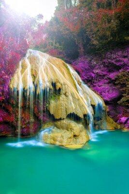 Плакат Замечательный водопад с красочными дерева в Таиланде