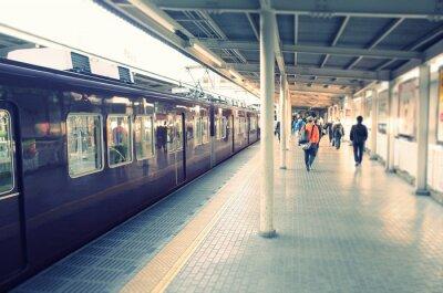 Плакат 駅 の ホ ー ム と 通勤 す る ビ ジ ネ ス マ ン
