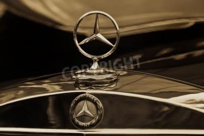 Плакат МОСКВА - 15 мая: Mercedes-Benz эмблема логотип сепия на выставке в Â «Mercedes-Benz Classic Day-2010A», массивной олдтаймеры ралли, Москва, Россия, на 15 мая 2010