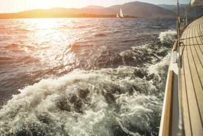 Плакат Яхта, море за борт, парусная регата во время заката.