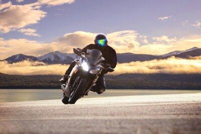 Плакат Молодой человек верхом большой мотоцикл велосипед против резкой кривой ASPH