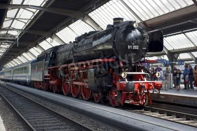 Плакат Цюрих, Швейцария - 4 июня 2011 года: Поезд с отремонтированном Тихоокеанского 01 202 паровоза готов отойти от главного вокзала Цюриха (Hauptbahnhof).
