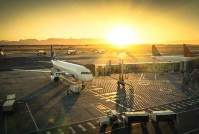 Наклейка Самолет на ворота терминала в международном аэропорту