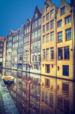 Наклейка Амстердам весной. Дома расположены вдоль каналов.