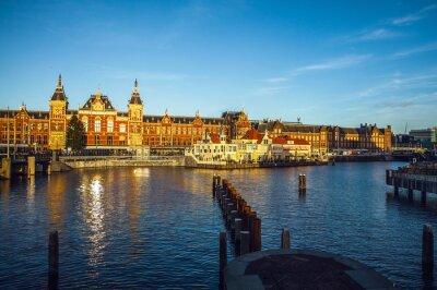 Наклейка Амстердам, Нидерланды - 15 января, 2016: Известные здания центра города Амстердам крупным планом на солнце установленное время. Общий вид ландшафта. Амстердам, Нидерланды.