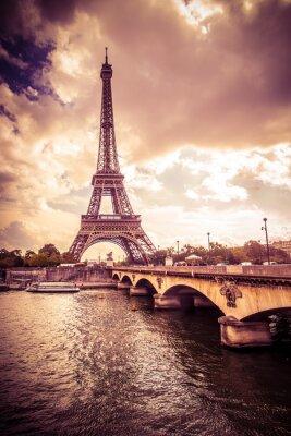 Наклейка Красивая Эйфелева башня в Париже Франции под золотым светом