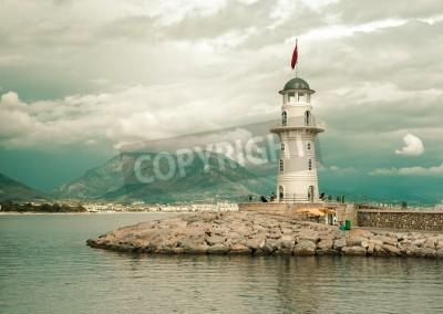 Наклейка Красивый природный ландшафт с диапазоном горы, небо пасмурно и маяк в порту Алании