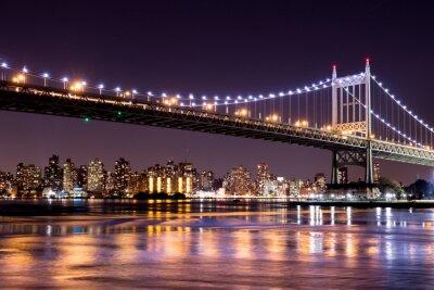 Наклейка Красивая ночная точка зрения Нью-Йорка и 59-й стрит Ed Koch Бридж глядя через на Манхэттен.