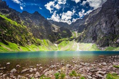 Наклейка Прекрасный пруд в середине горы на рассвете