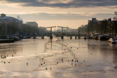Наклейка Красивый зимний панорама реки Амстел в Амстердаме, Нидерланды, глядя на Тощий мост.