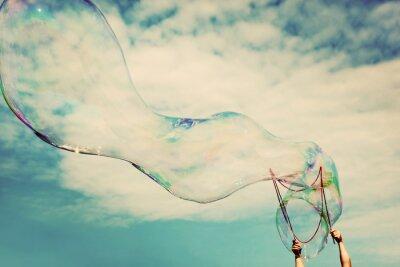Наклейка Продувка большие мыльные пузыри в воздухе. Урожай свобода, лето концепции.
