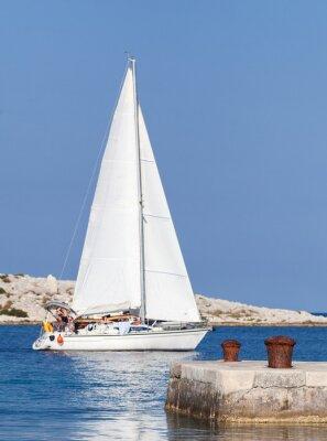 Наклейка Помутнение парусная яхта на своем пути из гавани проходит мимо двух тумб в центре внимания