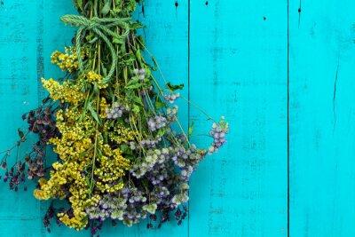Наклейка Букет из сухих цветов висит на антикварном деревенском чирок синем фоне деревянные