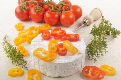 Наклейка камамбер с красным перцем, помидорами и тимьяном