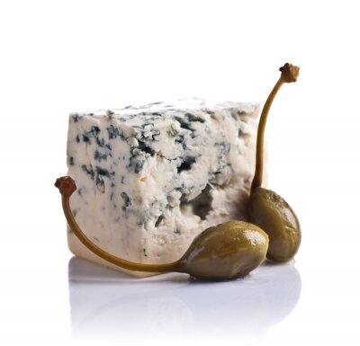 Наклейка консервированных каперсов и Голубой сыр на белом фоне