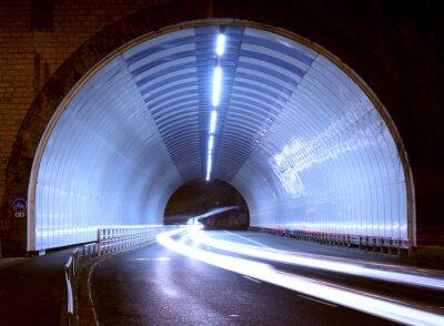 Наклейка огни автомобиля в туннеле города в ночное время.
