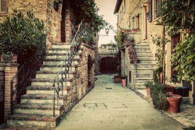 Наклейка Очаровательная старая средневековая архитектура в городе в Тоскане, Италия.