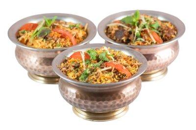 Наклейка курица бирьяни или вегетарианской бирьяни или индийский ризотто в оловянных мисок