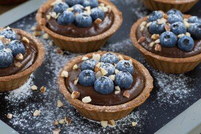 Наклейка шоколадный мусс со свежими ягодами черники и орехов в тарталетки
