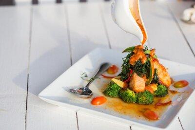 Наклейка Чу Чи Красный карри лосося Вставить на белых пластин.