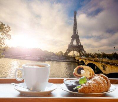 Наклейка Кофе с круассанами против Эйфелевой башни в Париже, Франция