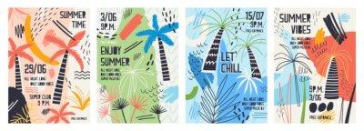 Наклейка Коллекция пригласительных или плакатных шаблонов, украшенных тропическими пальмами, пятна краски, пятна и каракули для летней вечеринки на открытом воздухе. Векторные иллюстрации для летнего события.