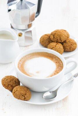 Наклейка Чашка кофе со взбитыми сливками и миндальное на белом деревянном столе