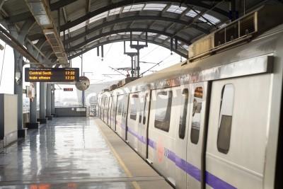 Наклейка Дели, Индия - 3 марта 2012: станция метро Дели в Дели. Сеть Метро Дели Состоит из шести линий общей протяженностью 189,63 км (117,83 миль) с 142 станций