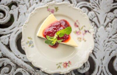 Наклейка Десерт - Чизкейк с ягодами и соусом из зеленой мяты, вид сверху