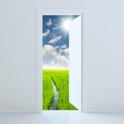 Наклейка Дверь открыта для зеленого поля красоты