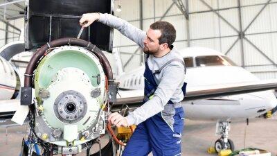 Наклейка Fluggerätemechaniker repariert Triebwerk фон Flugzeug им Ангар // рабочие ремонт двигателя от самолета в ангаре