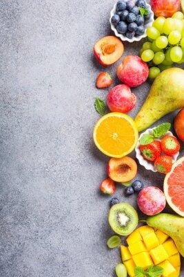 Наклейка Свежие фрукты и ягоды на светло-сером фоне. Красочная чистая и здоровая еда. Детокс. Копирование пространства. Вид сверху.