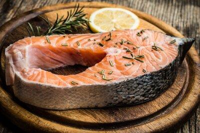 Наклейка свежего сырья лосося на деревянной разделочной доске