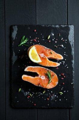 Наклейка Свежие ломтики лосося с лимоном и специями