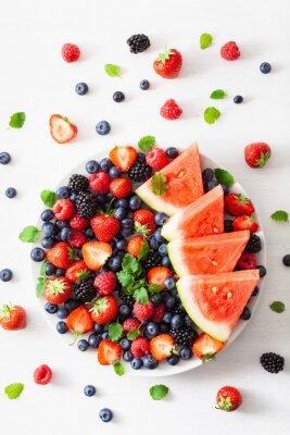 Наклейка фрукты и ягоды на белом фоне. черника, клубника, малина, ежевика, арбуз