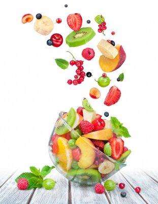 Наклейка фруктовый салат в стеклянной миске с ингредиентами в воздухе на белом ш