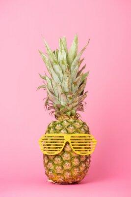 Наклейка смешной и вкусный ананас в очках на розовом фоне