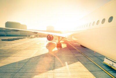 Наклейка Общий самолет на терминале ворота готовы к взлету - Современный международный аэропорт на закате - Концепция эмоционального путешествия по всему миру - Широкий угол искажения с расширенной солнечного