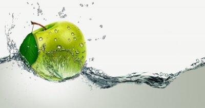 Наклейка Зеленое яблоко на фоне брызг воды.