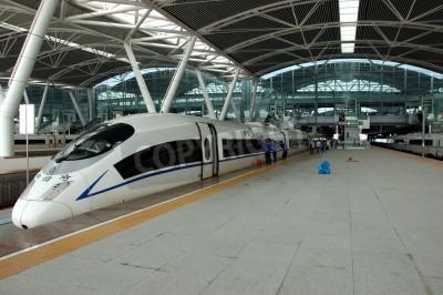 Наклейка ГУАНЧЖОУ, Китай - 29 сентября: Китай инвестирует в железную дорогу быстрых и современных, поездов со скоростью более 340 км / ч. Поезд в Ухань на 29 сентября 2010 ждет в недавно построить станцию Гу