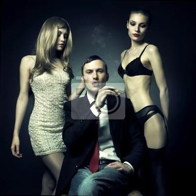 Мужик с двумя красивыми девушками