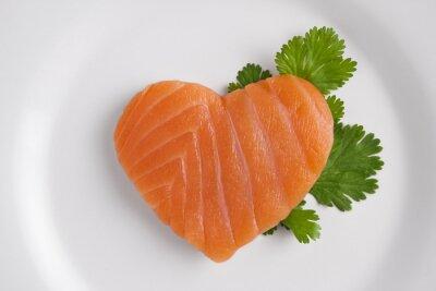 Наклейка В форме сердца лосося на белой тарелке